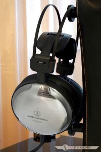 Pokryte tytanem komory akustyczne są jedynym charakterystycznym elementem tego modelu. Reszta wizualnego aspektu produktu wpisuje się w pełni w klasyczną bryłę marki Audio technica.