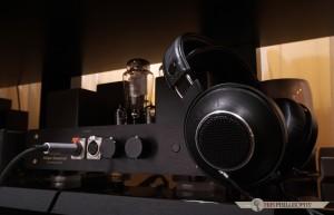 Jak wykazały nasze długotrwałe testy, jedyną istotną wadą tych słuchawek jest dołączony kabel, który skutecznie ciągnie je w duł...