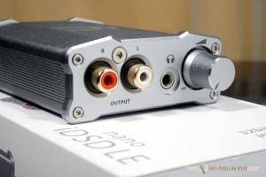 Na froncie mamy wyjście RCA oraz słuchawkowe 3,5mm, które potrafi wytworzyć... 1,5W mocy!