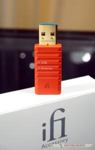 Zadania są dwa: odcięcie pętli masy w sygnale USB...