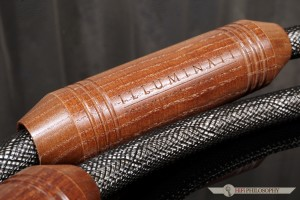 Pierwsze co zwraca uwagę to masywne, wykonane z drewna zasobniki filtrujące.