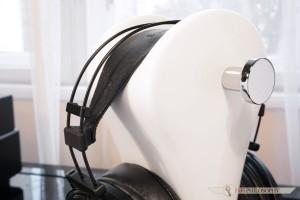 Na szczęście opaska nagłowna dostatecznie rozkłada ciężar całej konstrukcji na głowie słuchającego.