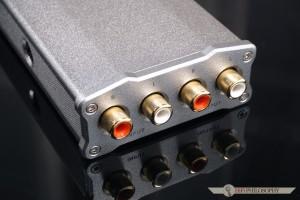 Na tylnym panelu bez zmian - po jednym komplecie wejść i wyjść typu RCA do dyspozycji.