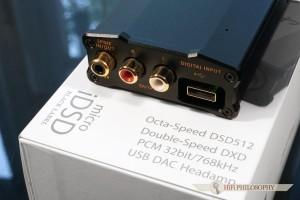 Na tylnym panelu bez zmian - gniazdo USB typu A, wyjście RAC oraz kombinowane wejście wyjście coaxial/optic.